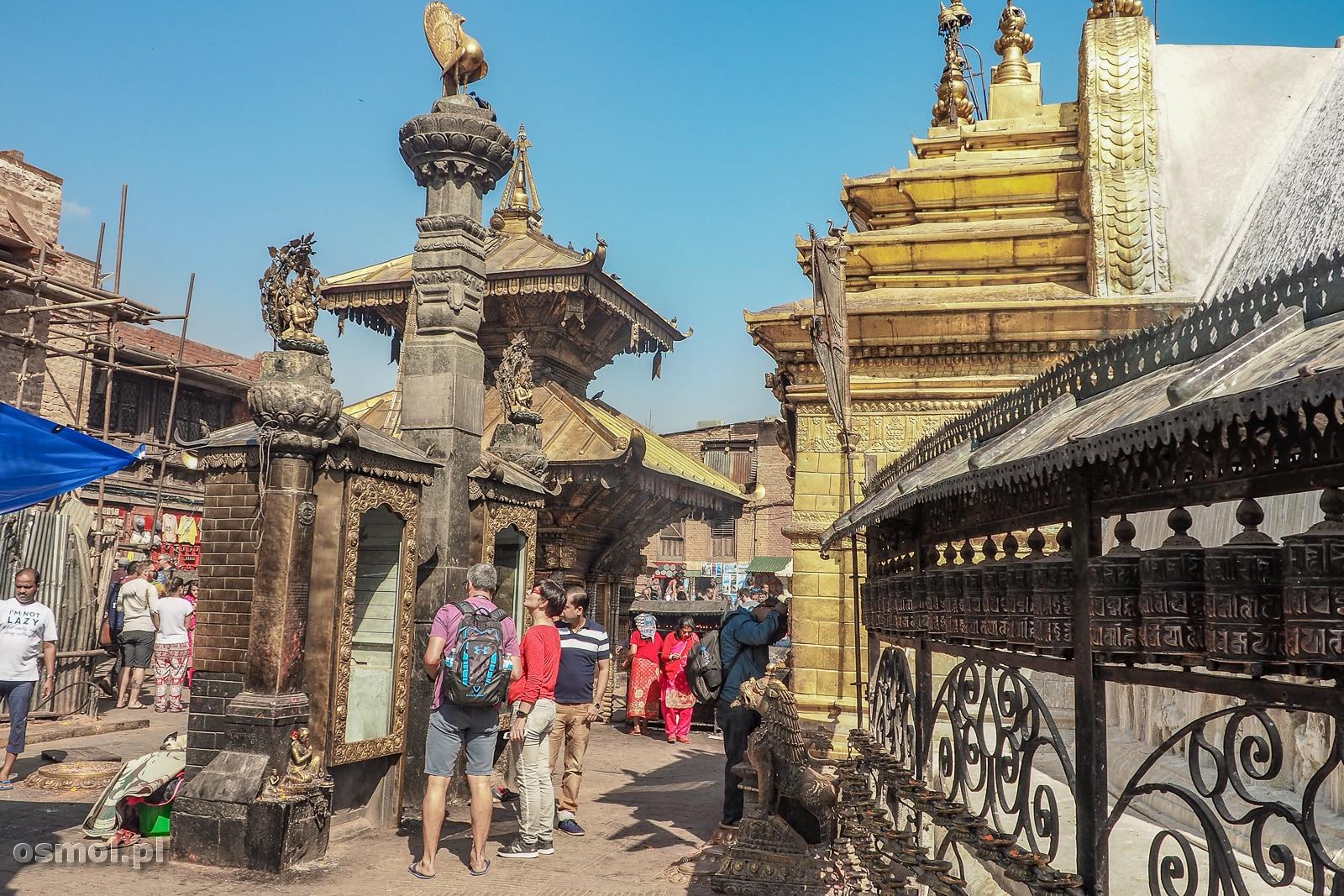Do Swayambhunath przybywają lokalni wierni, by się pomodlić, ale jest tu też całkiem duża rzesza turystów, dla których świątynia jest po prostu atrakcją turystyczną.