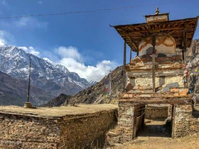 Świątynia na szlaku w Himalajach. Wioska Ghyaru.