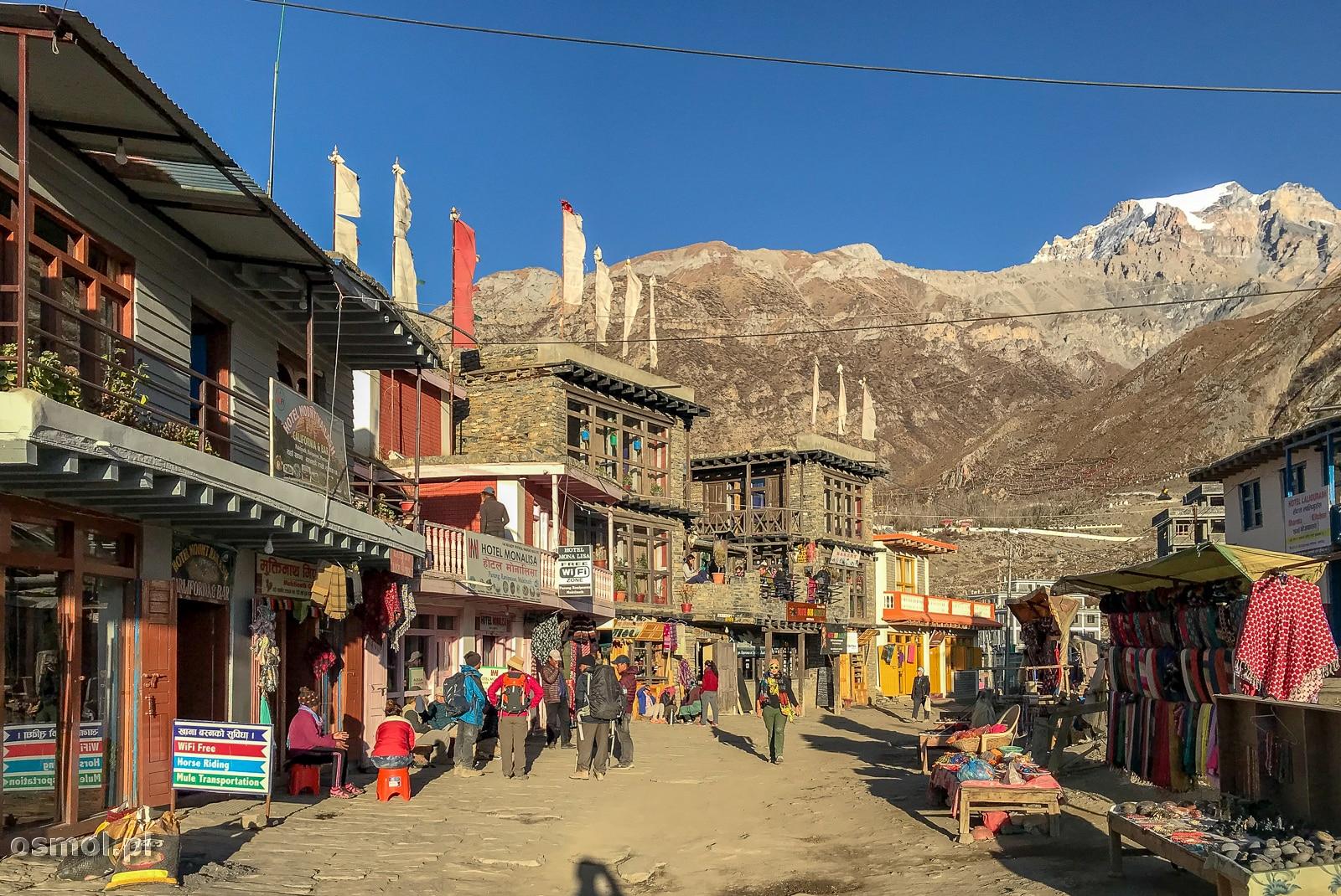 Główna ulica w Muktinath.