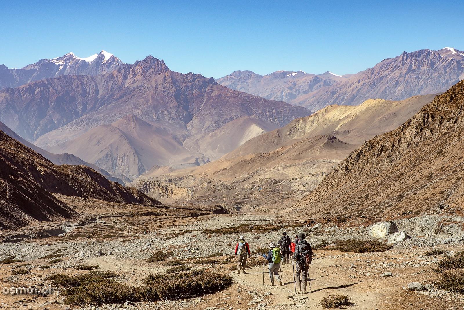Turyści na trekkingu dookola Annapurny