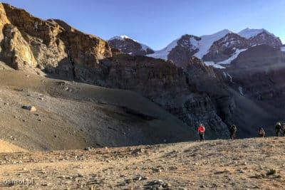 O poranku na szlaku do przełęczy Thorng La.