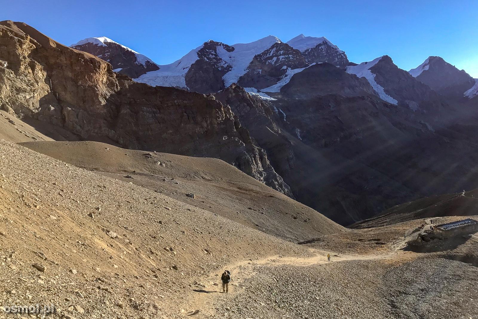 Poranek w drodze do Thorong La na szlaku dookoła Annapurny