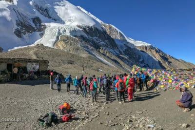 Turyści na przełęczy Thorong La. To najwyżej położony punkt szlaku dookoła Annapurny.