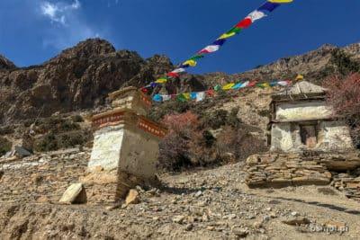 Flagi modlitewne na szlaku w Himalajach