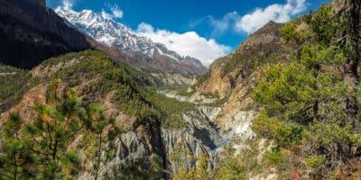 Trekking dookoła Annapurny. Panorama doliny w Himalajach.