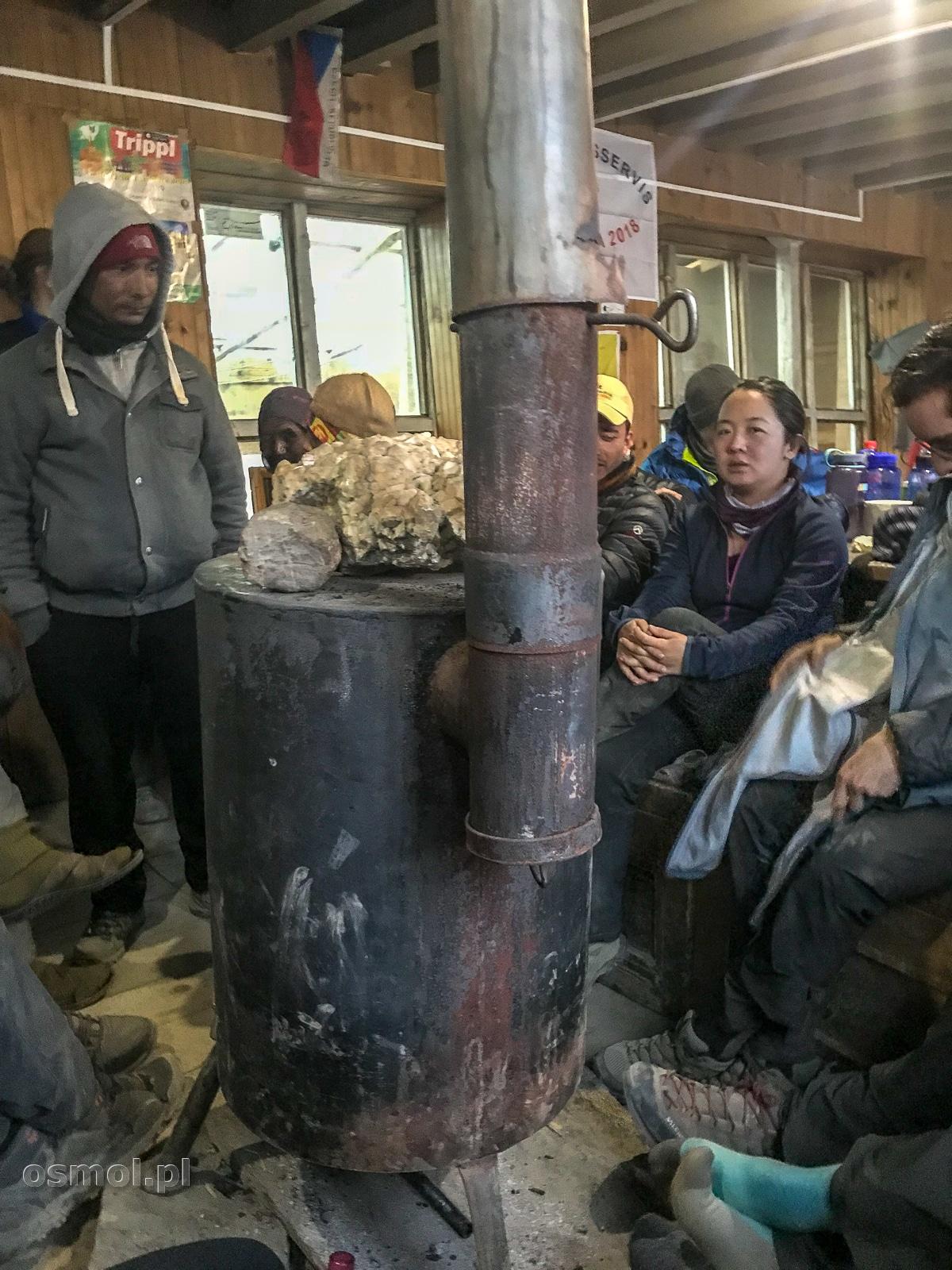 Piec w hotelu na trasie dookoła Annapurny