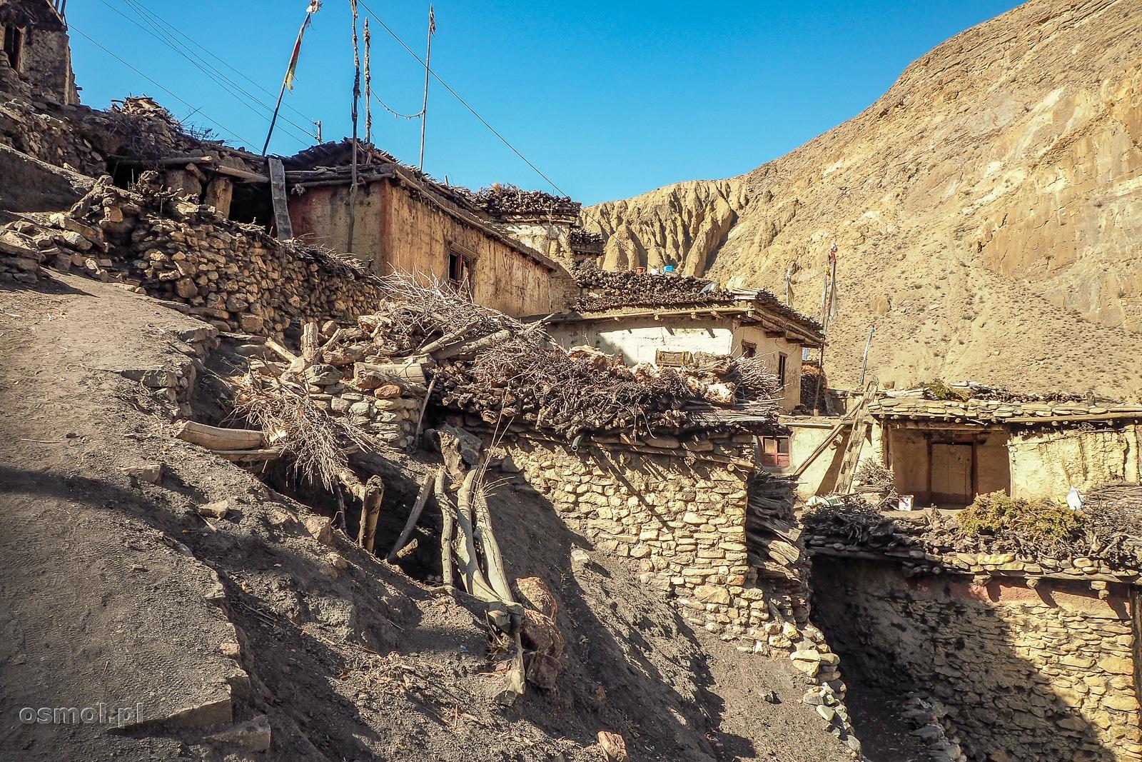 Zabudowania wioski Lupra na szlaku dookoła Annapurny