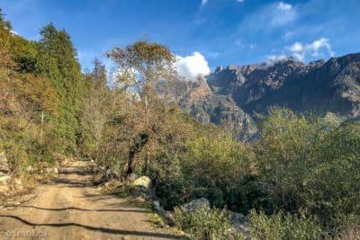 Jesień w Himalajach koło wsiTimang