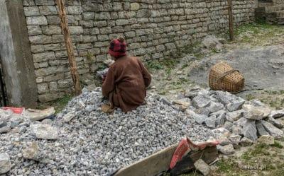 Kobieta tłukąca kamienie w Nepalu