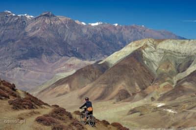 Rowerzysta w HImalajach - tak, takie sporty ekstremalne też można tu uprawiać.
