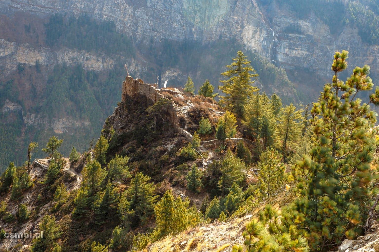 Ruiny zabudowań w Himalajach.