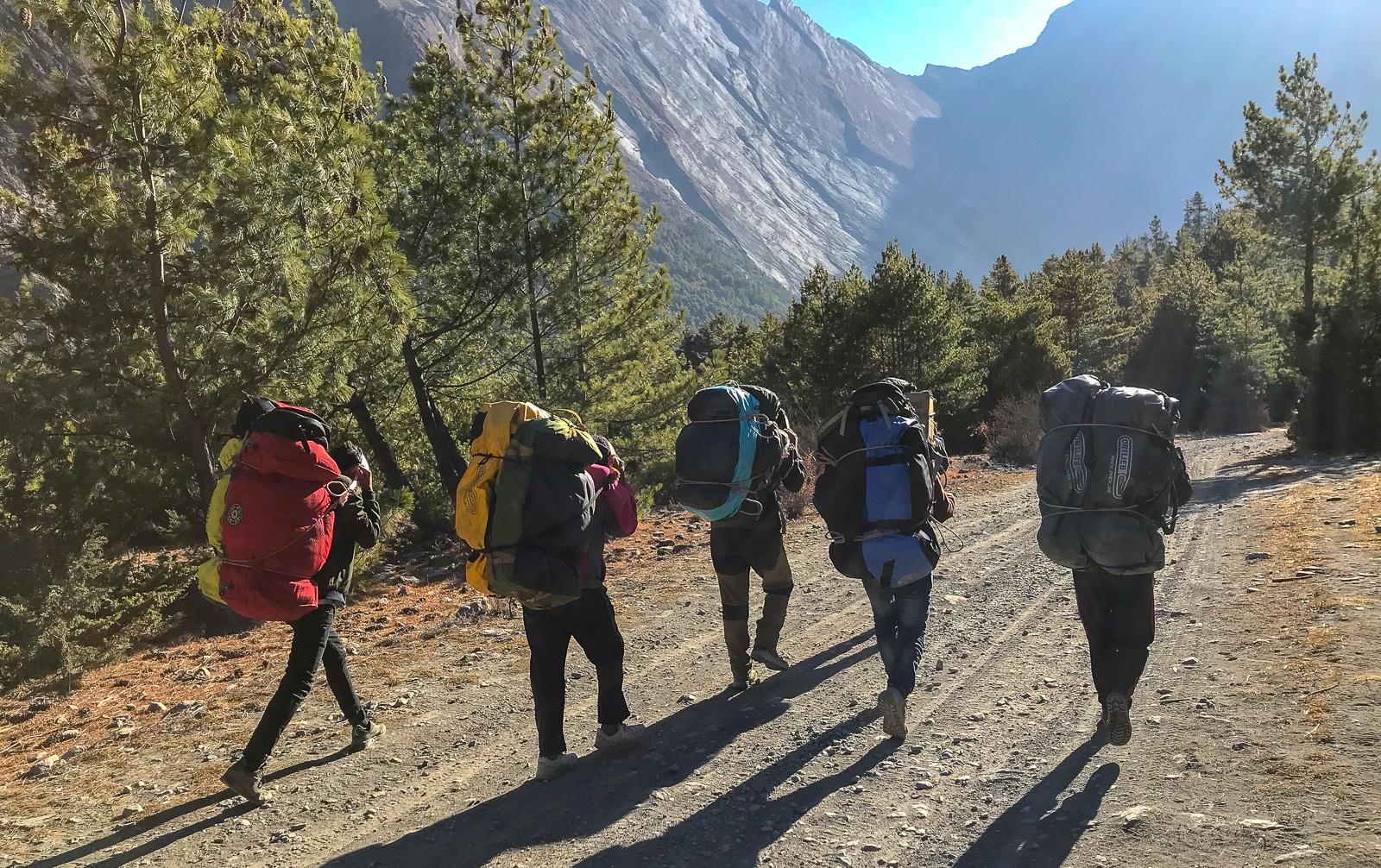 Tragarze na szlaku w Himalajach