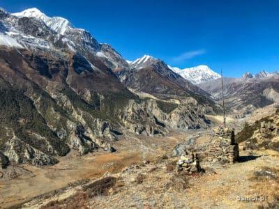Widok na górską dolinę w Himalajach