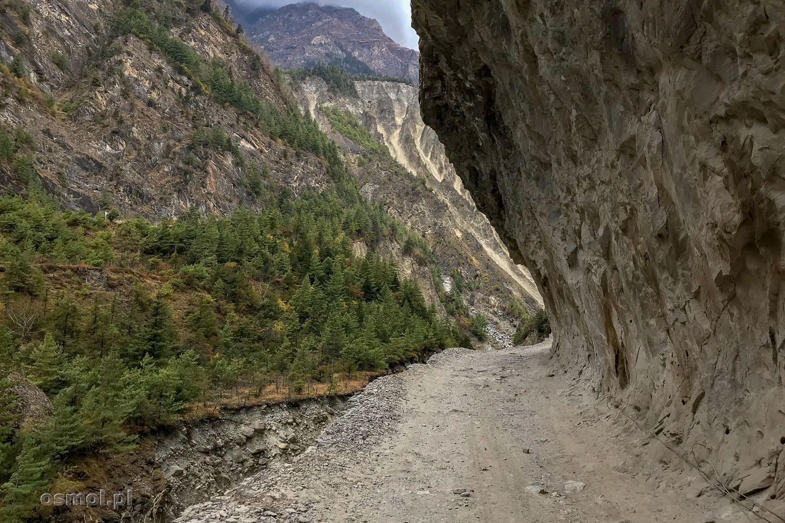 Droga wykuta w skale na szlaku dookoła Annapurny.