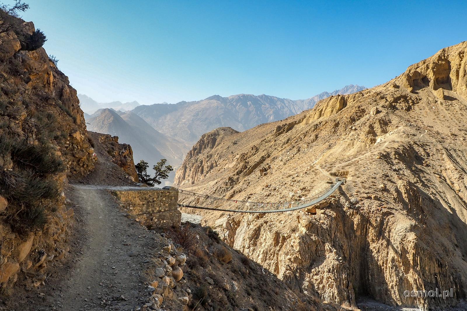 Most na linach, jakich na szlakach w Himalajach wiele...