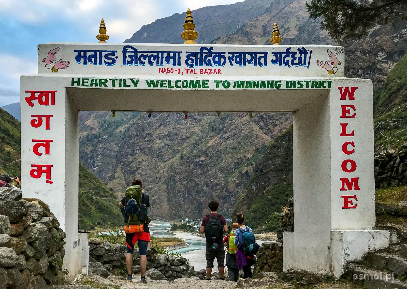 Wejście do dystryktu Manang - symboliczna brama w Himalaje.
