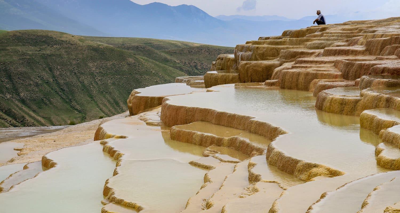 Wapienne tarasy Badab-e Surt w Iranie to nietypowa i dość rzadko odwiedzana przez zagranicznych turystów atrakcja.