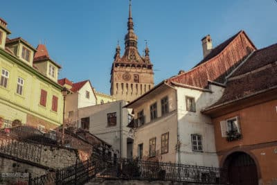 Widok na Wieżę Zegarową w Sighișoarze. Śmiało można powiedzieć, że to najbardziej charakterystyczny symbol miasta.