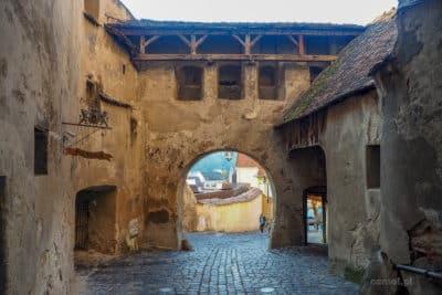 Dolne partie Wieży Zegarowej w Sighișoarze. Jak widać umocnienia były potężne, a jednak mimo to twierdza była zdobywana.