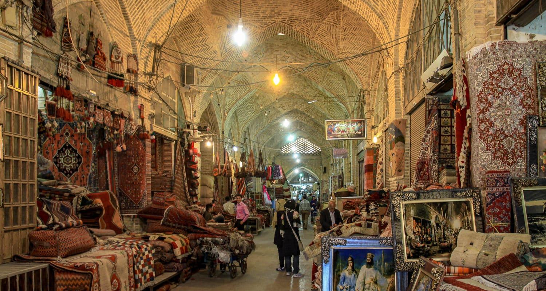 Bazar w Shiraz. Alejka z dywanami