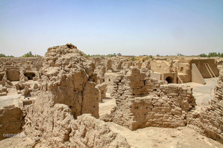 Domy koło twierdzy Bam po trzęsieniu ziemi w Iranie