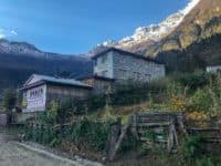Widok na hotelik w Himalajach