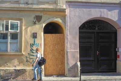 Wejście do najwęższej uliczki w Braszowie