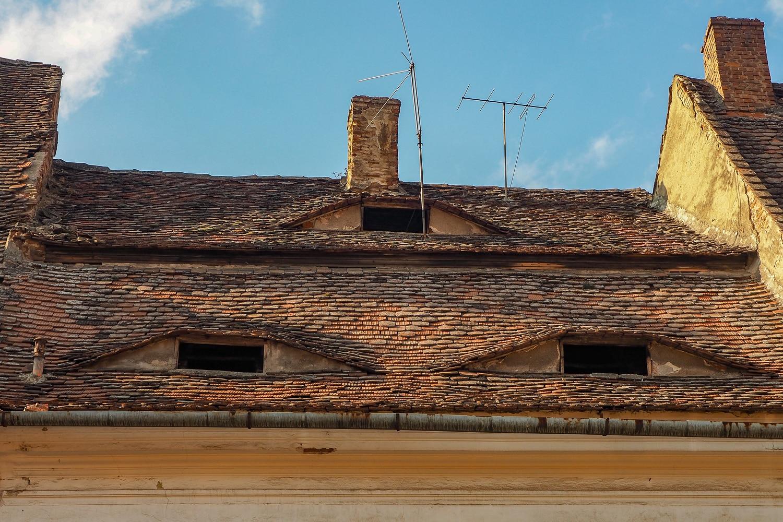 """""""Oczy"""" na dachu jednego z domów w Sybinie."""