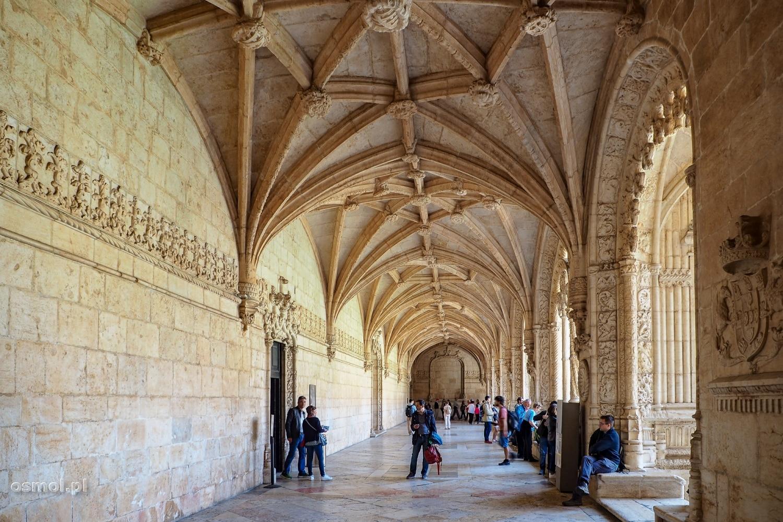 Korytarz biegnący wzdłuż krużganków klasztoru Hieronimitów