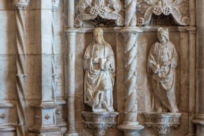 Płaskorzeźby przy wejściu do kościoła klasztoru Hieronimitów