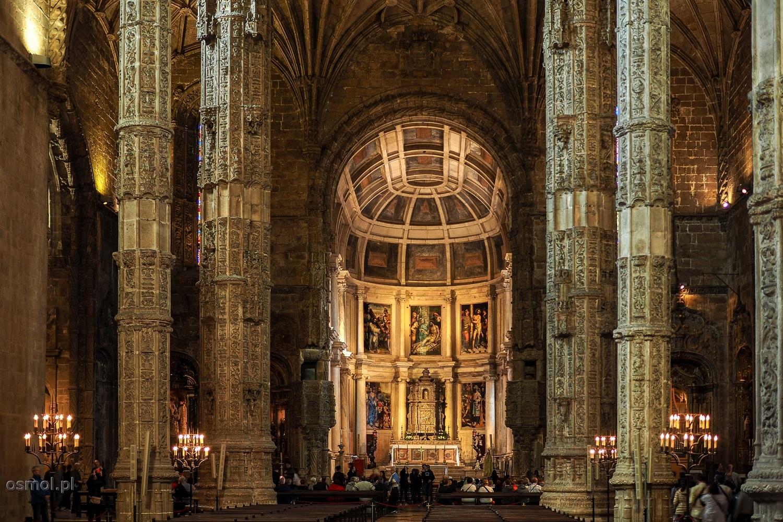 Kościół klasztoru Hieronimitów w Lizbonie. Największe wrażenie robi sześć strzelistych kolumn podtrzymujących znajdujące się hen wysoko sklepienie świątyni.