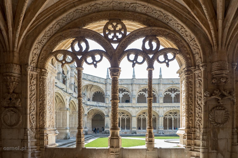 Jedno z ażurowych okien krużganków klasztoru Hieronimitów.
