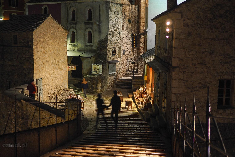 Wejście nocą na Stary Most w Mostarze
