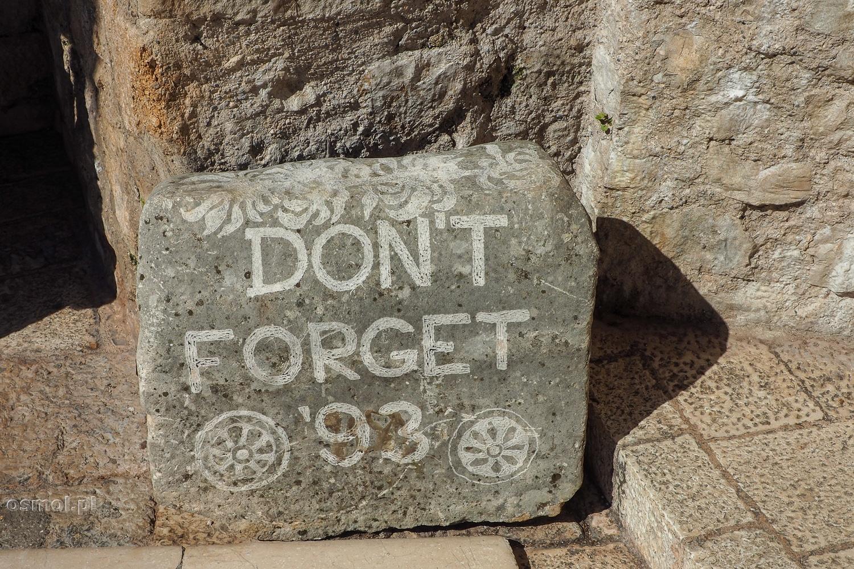 Nie zapominaj roku 93 - pamiątkowy kamień w Mostarze koło wejścia na Stary Most