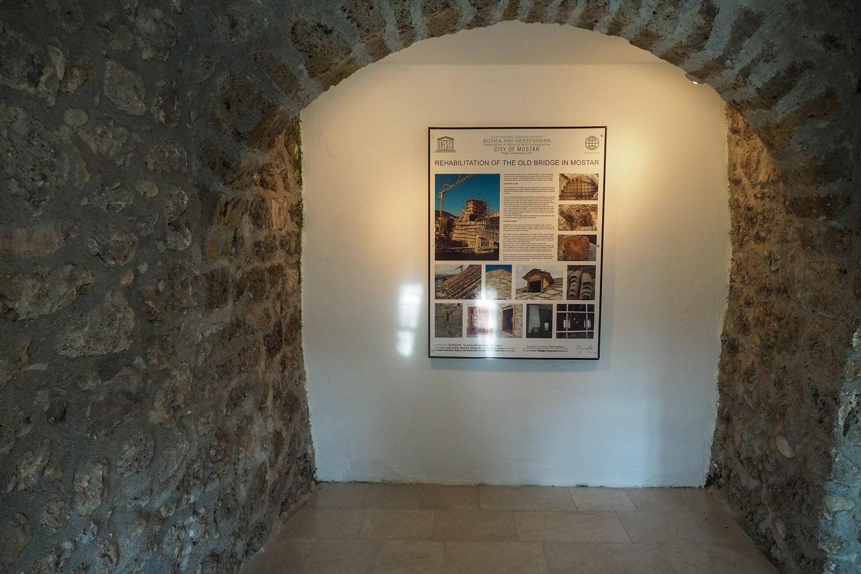 Jedna z tablic informacyjnych w Muzeum Starego Mostu w Mostarze