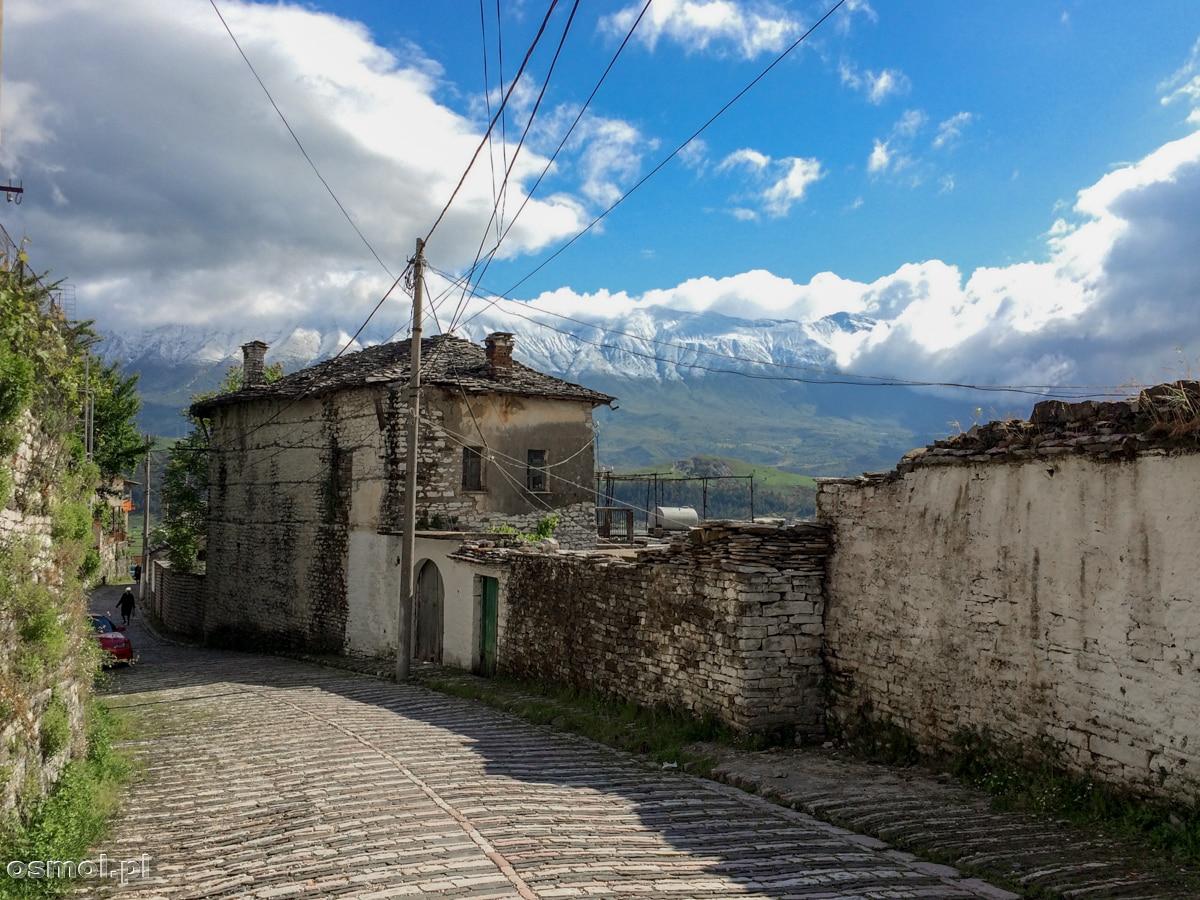 Gjirokasta pełna jest starych domów, murów i kamiennych dróg