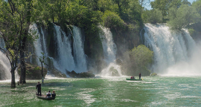 Turyści na wodzie przy Wodpspadach Kravica