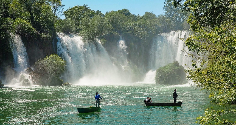 Wodospady Kravica. Rejs łódką, tuż pod spadającą wodę, to jedna z atrakcji wodospadów.