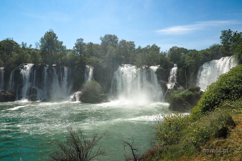 Wodospady Kravica wiosną, kiedy kipi nadmiarem zasilającej go wody.