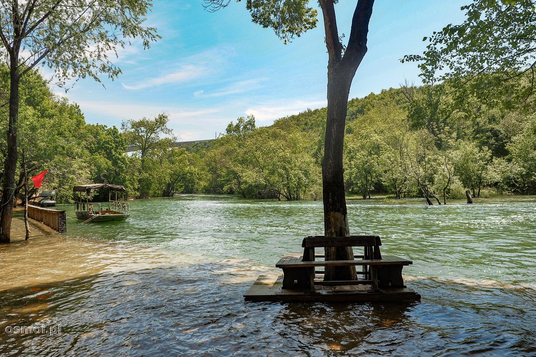 Zatopione knajpki przy Wodospadach Kravica