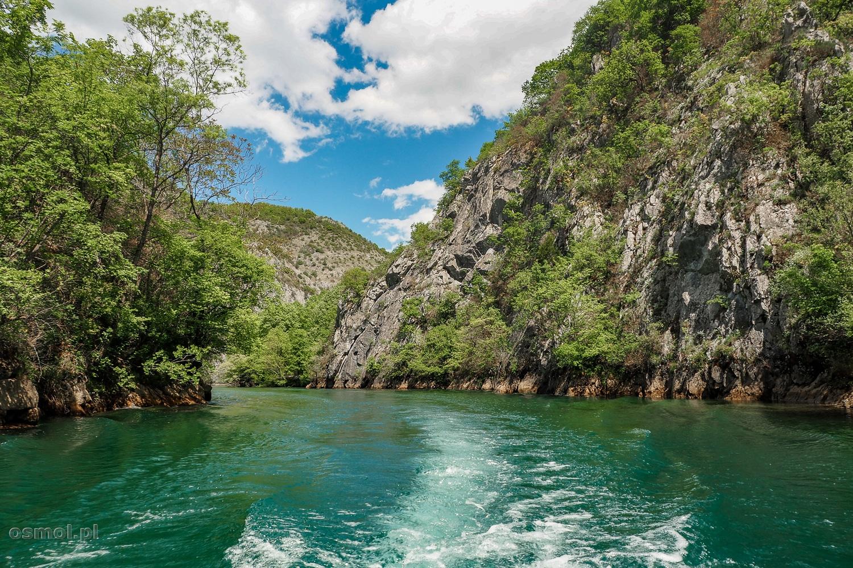Kanion Matka widziany z pokładu łódki, którą można popłynąć w ramach atrakcji turystycznej.