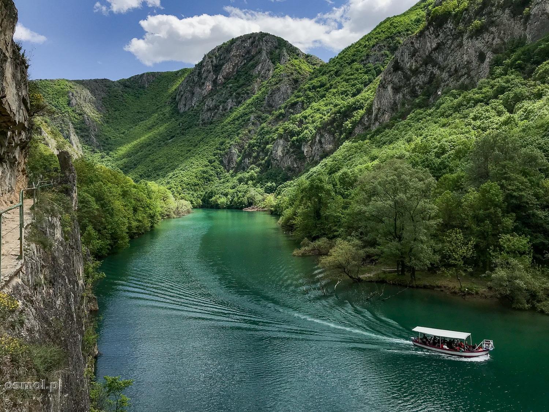 Kanion Matka. Łódź z turystami płynie po sztucznym zbiorniku powstałym na dawnej małej rzece