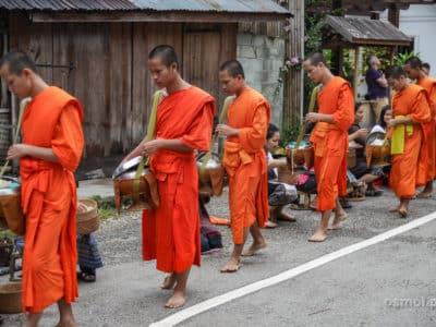 Poranna ceremonia podczas której mnisi idą przez całe miasto zbierając ryż od mieszkańców.