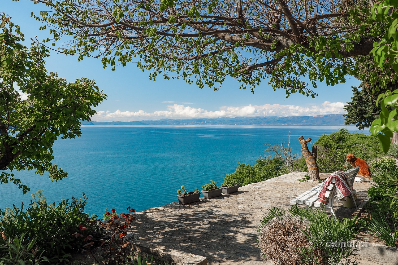 Ochryda ławka z widokiem na Jezioro Ochrydzkie