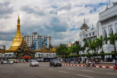 Ulica w Rangunie z Sule Pagoda w tle