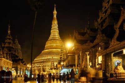 Shwedagon Pagoda w Birmie nocą