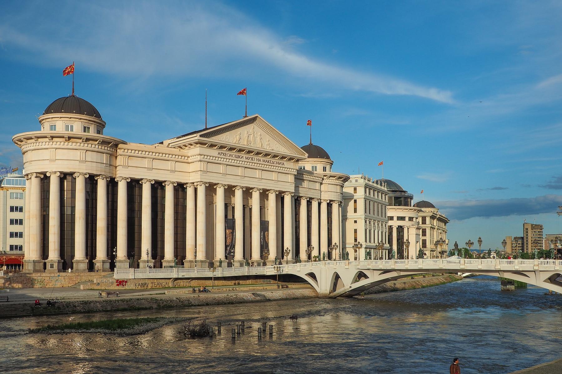 Skopje. Stylizowana na renesans i wszelkie inne style architektoniczne zabudowa w centrum. Projekt Skopje 2014