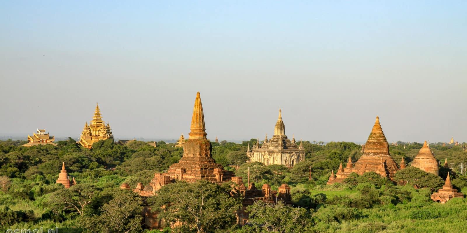 Bagan o świcie , kiedy słońce jeszcze nie pali a pagody dostojnie prezentują się w miękkim porannym świetle.