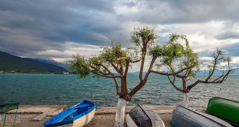 Łodzie na brzegu Jeziora Ochrydzkiego w Ochrydzie