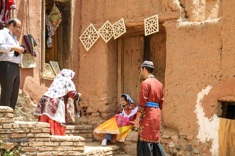 Abyaneh. Turyści za drobną opłatą mogą przebrać się w ludowe stroje